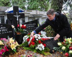Marszałek Sejmu zapalił znicze i złożył kwiaty na przemyskich cmentarzach. Oddał hołd bohaterom