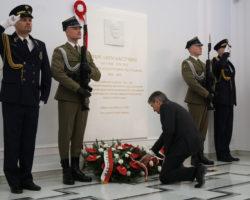 Marszałek Sejmu i prezes Prawa i Sprawiedliwości odsłonili tablicę poświęconą Prezydentowi Lechowi Kaczyńskiemu