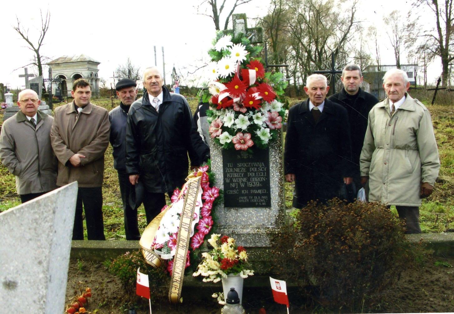Grób żołnierzy polskich, Mościska, delegacja Klubu Mościska i Urzędu Miasta w Przemyślu,87 roczni