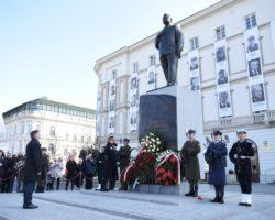 Marszałek Sejmu w dziewiątą rocznicę katastrofy smoleńskiej: Sprawmy dziś i jutro, by ofiara ich życia nie była oddana nadaremnie. By nasza pamięć nie zmieniała się w obojętność