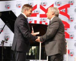 """Kongres """"Polska Wielki Projekt"""": Marszałek Sejmu wręczył medal """"Odwaga i Wiarygodność"""""""